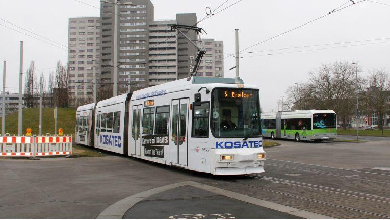Ungewöhnliche Werbemaßnahme für Jobs bei Kosatec: In Braunschweig fahren Straßenbahnen im Kosatec-Look.