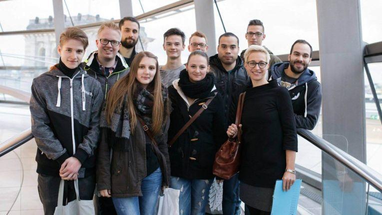 Die Krämer IT-Azubis, hier ein Foto in der Glaskuppel mit MdB Nadine Schön (vorne rechts), bedanken sich für den Ausflug und freuen sich schon das nächste Mal.