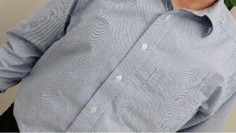 Sich überlagernde Muster wie hier bei diesem feingestreiften Hemd kann es auf dem Foto und beim Ausdruck zu unerwünschten Moiré-Effekten kommen.