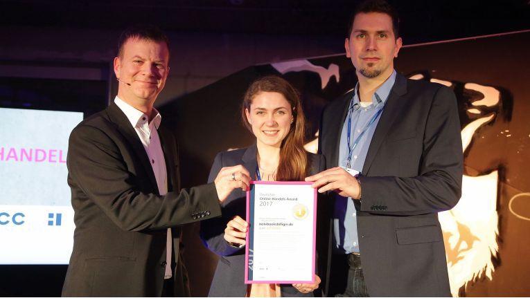 IFH-Chef Kai Hudetz überreichte den Deutschen Online-Handels-Award in der Kategorie Consumer Electronics & Elektro an Notebooksbilliger.de