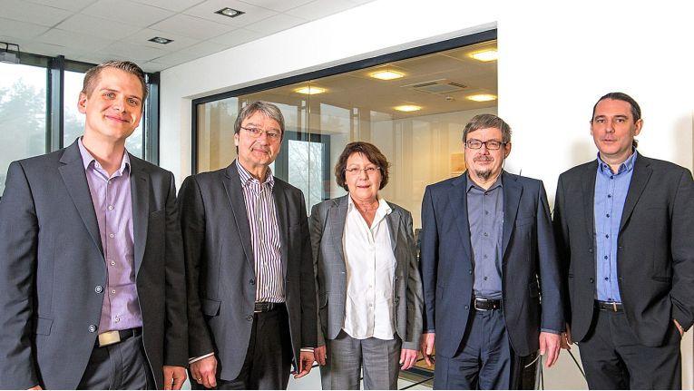 Die Übernahme ist in trockenen Tüchern: von links Benedikt Kisner von Netgo, Manfred Ulmer, Barbara und Thomas Bach von CompuTech sowie Patrick Kruse von Netgo, haben unterzeichnet.