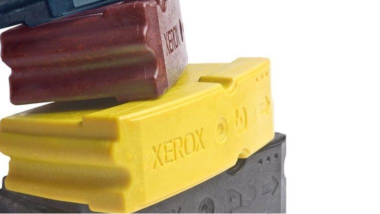 Bei der Xerox-Festtintentechnologie ''Solid Ink'' werden Sticks aus harzbasiertem Polymer geschmolzen und auf das Papier aufgebracht.