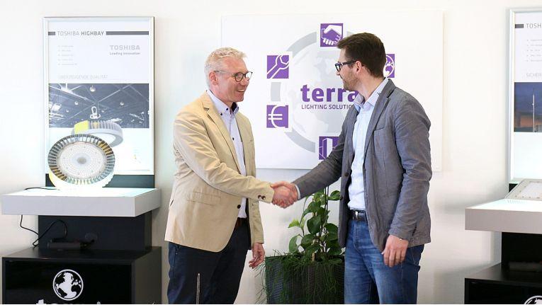 Robert Boltendahl, Head Retail Business Europe bei Unity Opto (links), freut sich mit Abteilungsleiter Andreas Dik von BAB Lighting auf eine langfristige und erfolgreiche Zusammenarbeit.