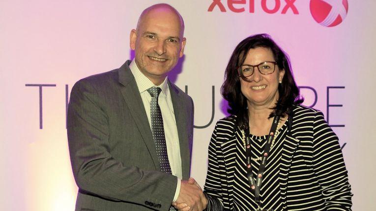 Jacqueline Fechner, Managing Director und Sprecherin der Geschäftsführung bei Xerox Germany, mit Ingo Retzmann, dem neuer Geschäftsführender Gesellschafter der Jansen Bürosysteme GmbH & Co. KG auf weiterhin gute Zusammenarbeit.