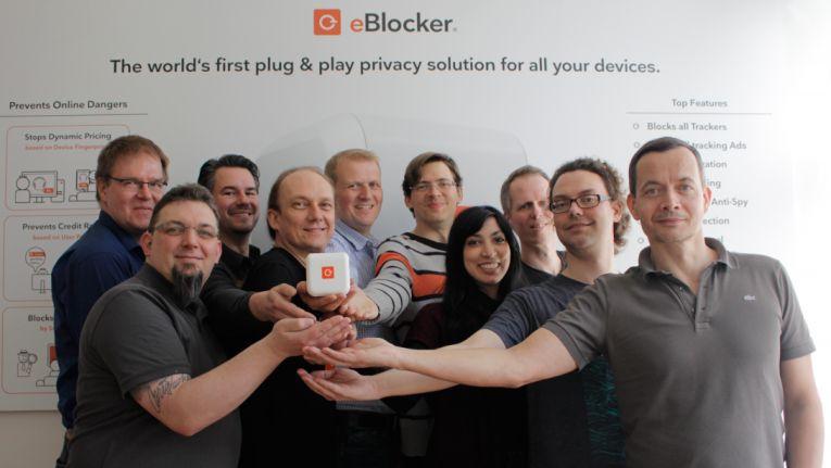 Das eBlocker-Team und Firmenchef Christian Bennefeld (vierter von links) präsentieren ihre Lösung zum Schutz der Privatsphäre im Internet.