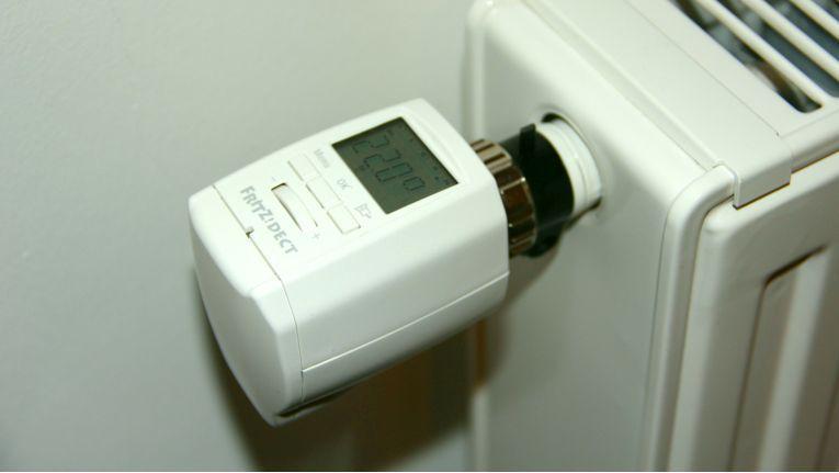 AVM legt Adapter für die gängigsten Ventile bei. So kann der FritzDect 300 an den meisten Heizkörpern angebracht werden.