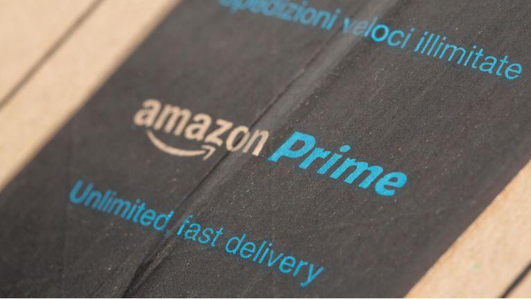 Amazon bietet armen US-Bürgern eine vergünstigte Prime-Mitgliedschaft an, mit der sie kostenlose Vesandoptionen erhalten.