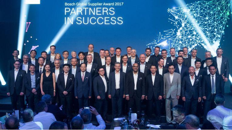 Auf dem Gruppenbild der Preisträger freut sich, in der zweiten Reihe und Erster von links, Alfred Neidhard, Bereichsvorstand Region Süd bei der Bechtle AG, über den Bosch Global Supplier Award 2017.