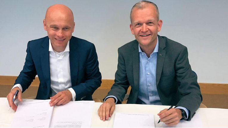 Von links: Jan Gudde, Chief Information Officer beim niederländischen Innenministerium (BZK), und Jean-Paul Bierens, Geschäftsführer Bechtle direct Niederlande, bei der Vertragsunterzeichnung.