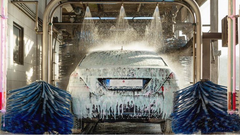 Wenn die Waschstraße mal angegriffen wird, kann die Autowäsche unerwartete Ergebnisse liefern.