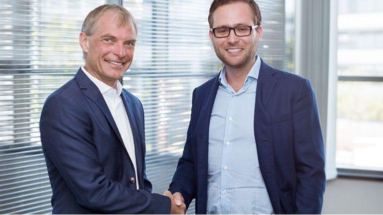 Wolfgang Ebermann (links), President bei Insight EMEA und Andreas Riedl (rechts), CEO von Orange Networks, besiegeln die Cloud-Partnerschaft.