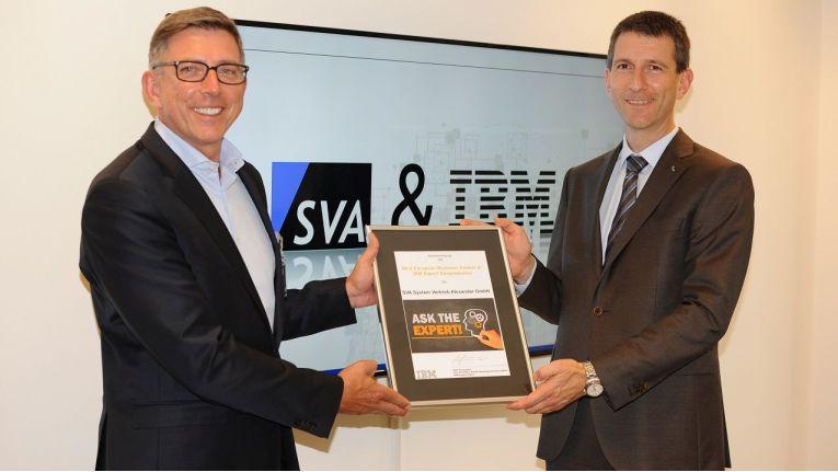 """SVA-Geschäftsführer Philipp Alexander (rechts) erhält die """"IBM PartnerWorld""""-Auszeichnung von Olaf Scamperle, Vice President Global Business Partner Organisation bei IBM DACH, überreicht."""