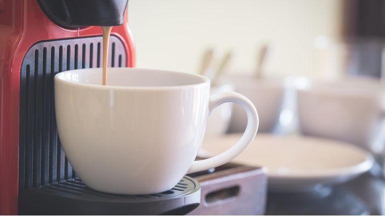 Welche Eigenschaften müssen Wirtschaftsgüter wie Kaffeemaschinen aufweisen, um sie als Geringwertige Wirtschaftsgüter abschreiben zu können?