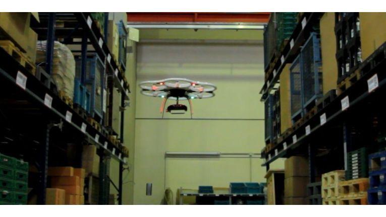 Ein autonomes Fluggerät bei der Datenerfassung in einem Lager.