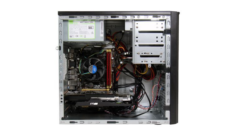Bereits nach kurzer Zeit können sich in den Lüftern und Kühlrippen des Computers dicke Staubschichten sammeln – regelmäßiges Reinigen ist hier Pflicht.
