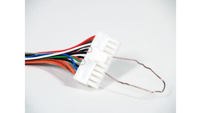 Bereits eine zurechtgebogene Büroklammer reicht aus, um ein vermeintlich defektes Netzteil auf Funktionstüchtigkeit zu prüfen.