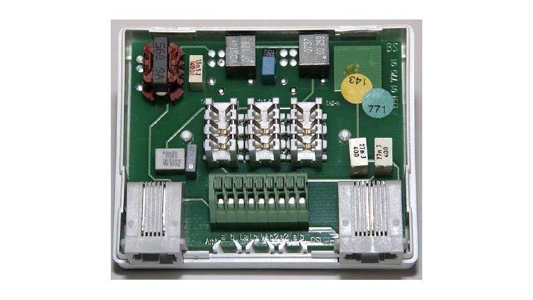 Geöffneter DSL-Splitter: Das Gerät arbeitet als Frequenzweiche mit einem Hochpassfilter für das DSL-Modem und einem Tiefpassfilter für das analoge Telefon oder der ISDN - NTBA.