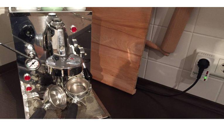 Die Espressomaschine schalten.