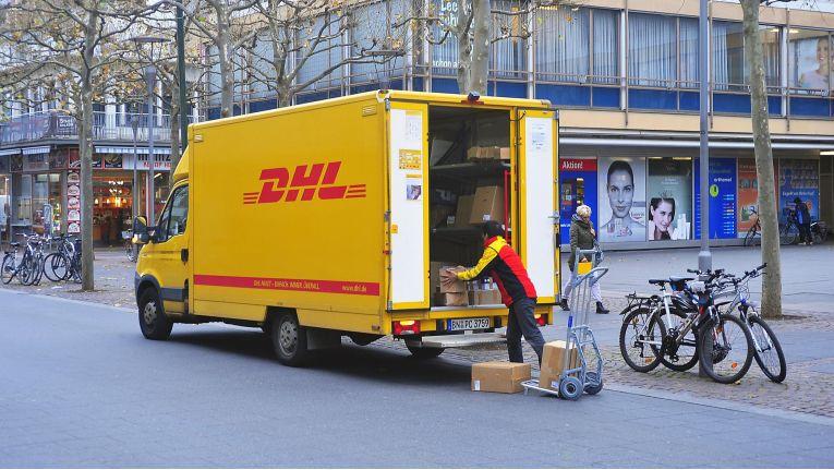 Die Akzeptanz für die Zustellung von immer mehr Paketen wie z.B. von DHL (Foto) in den Großstädten sinkt vielerorts.