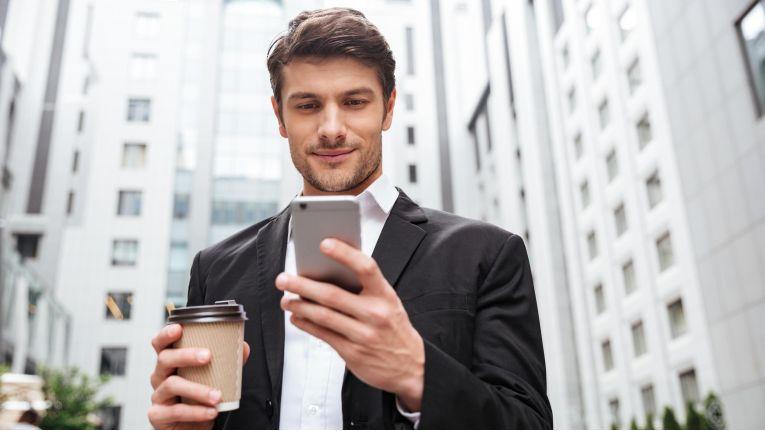 E-Mails-Prüfen in der Kaffepause? Einer französischen Studie zufolge sollte man das lieber bleiben lassen, wenn man sich anschließend wieder voll einer wichtigen Aufgabe widmen will.