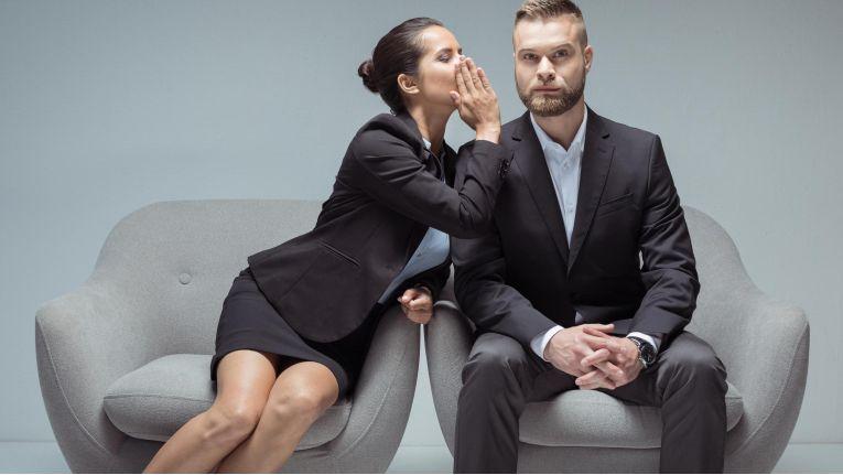 Um die Ziele und Probleme eines Interessenten oder Kunden zu ermitteln, heißt es für einen Vertriebsmitarbeiter erst einmal zuzuhören.