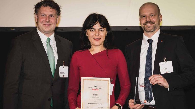 """Stefan Rojacher, Ilijana Vavan und Peter Neumeier von Kaspersky Lab präsentieren ganz stolz den """"Channel Excellence Award 2018"""" in der Kategorie """"Bester Security-Anbieter 2018""""."""