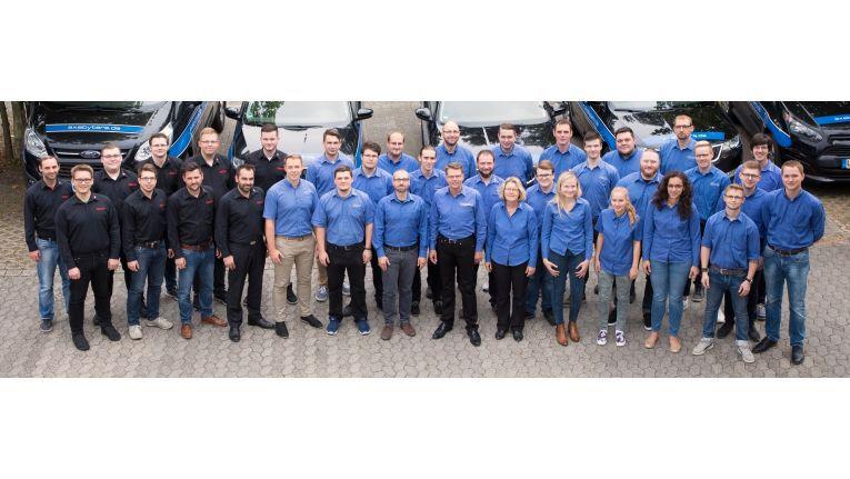 Das IT-Systemhaus Exabyters (blaue Hemden) gemeinsam mit der Schwesterfirma Visoma (schwarze Hemden), die Software entwickelt