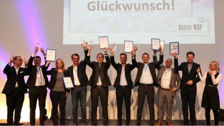 """Dr. Ronald Wiltscheck, ChannelPartner (im Bild links), und Regina Böckle, IDG Events (im Bild rechts), grautlieren den Gewinnern des """"Bester MSP""""-Awards (v.l.): Martin Greiwe (Ratiodata), Melanie Weiss (Leitwerk), Christian Schneider (Schneider & Wulf), Dirk Webbeler (blue technologies), Sascha Collin (Netplans), Zoran Olujic (Axians), Michael Teniz (Bechtle) und Günther Schiller (ACP)."""