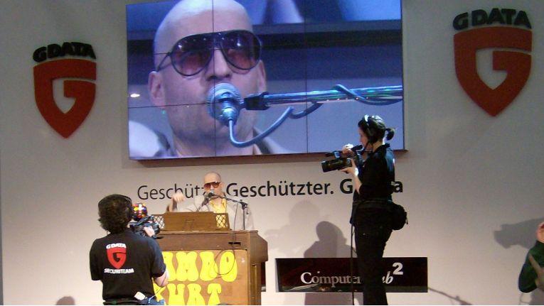 """2019 soll """"Hannover zur CeBIT richtig brummen"""". 2009 brummte noch die CeBIT richtig, so wie hier beim Auftritt von Mambo Kurt am Stand von G Data - das sich die neue CeBIT dieses Jahr erst einmal aus der Ferne anschaut."""