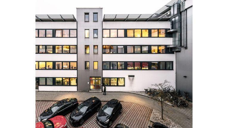Die Redblue Marketing GmbH hat nicht nur die Farben von MediaMarkt und Saturn im Namen, sondern befindet sich mit ihrem Geschäftssitz auch in unmittelbar Nähe der ersten MediaMarkt-Filiale in München Nord
