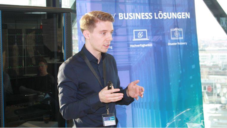Synology-Produktmanager Jonathan Lemnitzer stellte in München die sich aus der neuen Software ergebenden Möglichkeiten zur Neuorgansiation der Infrastruktur von KMU vor.