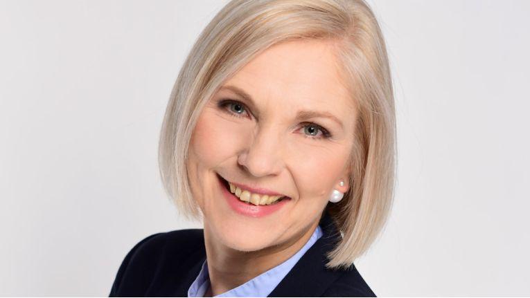 Alexandra Perry setzt ihr Gespür für Zukunftsthemen und Trends sowie ihre langjährige Erfahrung aus der IT als Senior PR-Beraterin bei PR von Harsdorf ein.