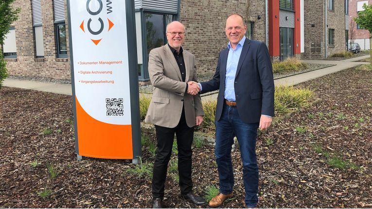 Christoph Pliete (links), Vorstandsvorsitzender der D.velop AG, und Laurenz Stecking, Gründer und Geschäftsführer der Codia Software GmbH, freuen sich auf eine noch engere Zusammenarbeit.