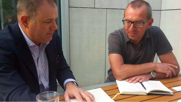 """Todd Palmer (Cohesity, links) erklärt Ronald Wiltscheck (ChannelPartner, rechts) die Vorteile des """"hyperkonvergenten Sekundärspeichers""""."""