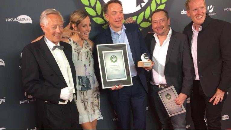 Das Team von Medimax freut sich gemeinsam mit Preis-Initiator Johannes Altmann über den Gewinn in der Elektronikkategorie des Shop Usability Award 2018