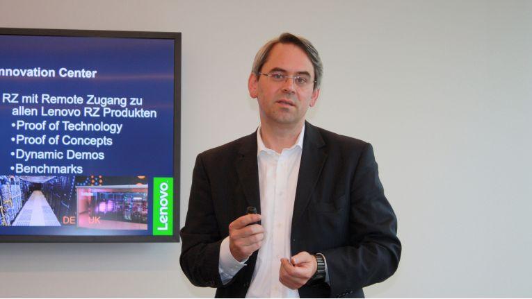 """""""Wir haben hier den Showroom, wo man die Produkte im wahrsten Sinne des Wortes begreifen kann"""", erklärt Florian Indriksons, Manager EMEA Executive Briefing & Innovation Center bei Lenovo."""
