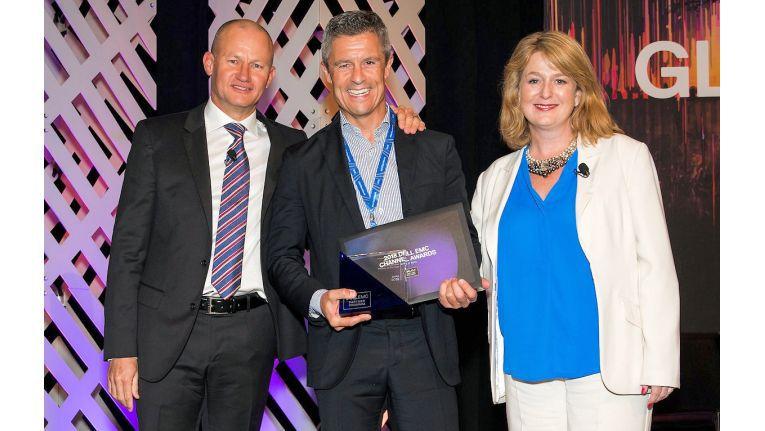 Das Foto zeigt von links: Michael Collins, SVP Channel EMEA bei Dell EMC, Michael Guschlbauer, Vorstand IT-Systemhaus & Managed Services bei Bechtle, und Sarah Shields, VP and General Manager Channel UK & Ireland bei Dell EMC.