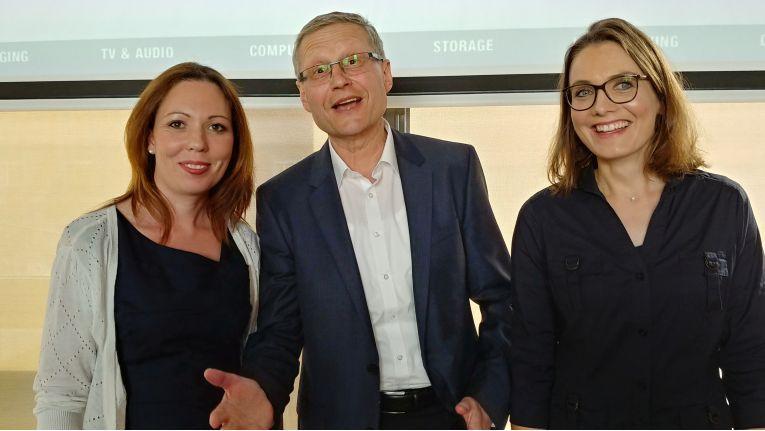 Vertriebsleiter Hans-Jürgen Schneider übergibt die Leitung von DexxIT an Stefanie Gundlach und Judith Öchsner.