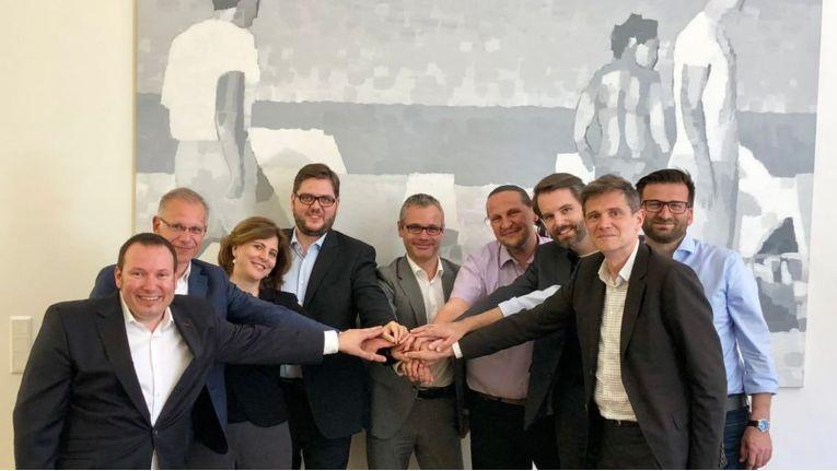 Gruppenbild mit alten und neuen Investoren (von links): Jürgen Milde-Ennöckl (tecnet), Michel Ozanian (ALE), Doris Agneter (tecnet), Andreas Granig (Sipwise), Bernd Stangl (ALE), Werner Zahnt (Speedinvest), Daniel Tiefnig (Sipwise), Gernot Fuchs (Sipwise) und Atilla Ceylan (Sipwise).