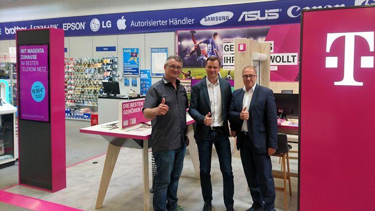 Für Geschäftsführer Michael Schlegelmilch - auf dem Foto mit Abteilungsleiter Telekommunikation Jürgen Kaden, links, und Vertriebsleiter Hans Jacob, rechts, beide Telekom - ist das Fachmarktkonzept ein weiterer Meilenstein der Zusammenarbeit mit der Telekom.