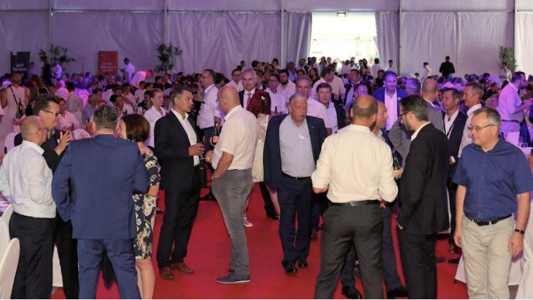 Mitarbeiter und Mitarbeiterinnen aus den 40 Geschäftsstellen in Deutschland und Österreich feierten im Rahmen einer Fachkonferenz am Stammsitz in Wien das Jubiläum der ACP.
