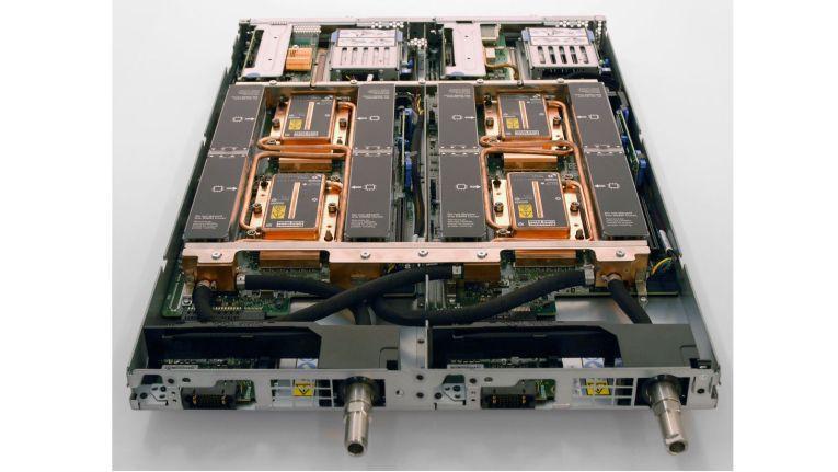 Durch die Kupferrohre wird in einem Lenovo ThinkSystem SD650 Server 50 Grad warmes Kühlwasser an CPUs, PCIe und Spannungsreglern vorbeigeleitet.