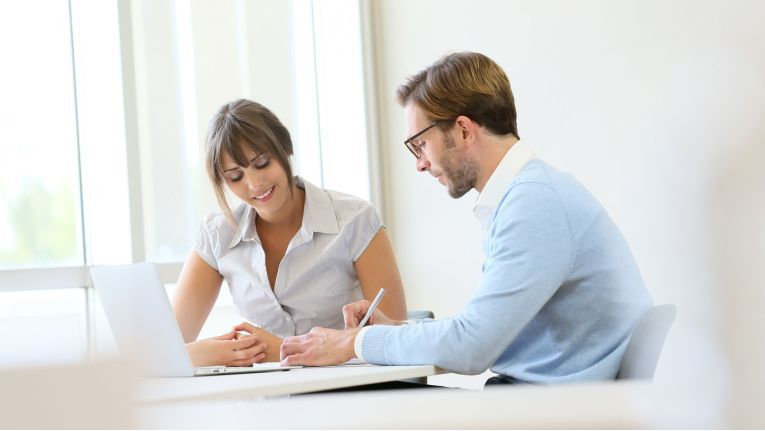Sorgen und Beschwerden der Mitarbeiter sollten in einem vertraulichen Gespräch ruhig und geduldig erörtert werden.