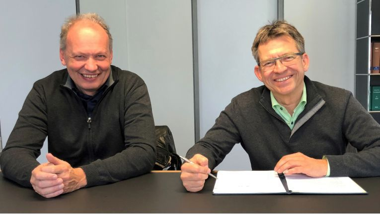 Martin Gehr (Kutscher + Gehr) und Martin Steyer (Printvision) bei der Vertragsunterzeichnung zur Übernahme der Kutscher + Gehr-Kopierersparte durch Printvision.