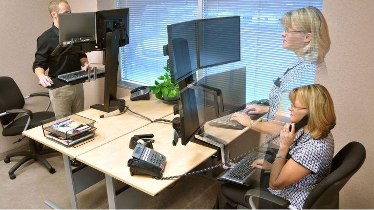 Das Bedürfnis, sich öfter während der Arbeit zu bewegen, kann durch flexible Sitz-Steh-Arbeitsplätze unterstützt werden.