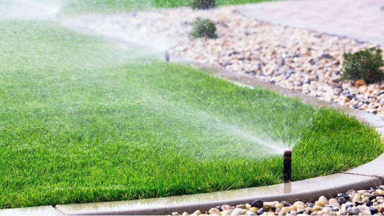 Eine typische Smart Building-Anwendung: der Rasensprenger, der nur dann seine Tätigkeit aufnimmt, wenn es nötig ist und das Wetter passt.