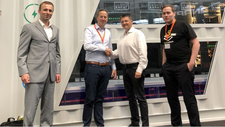 Miroslav Cerník, Sales Manager beo Foxconn, Nicolas Röhrs, CEO bei Cloud&Heat Technologies, Vladislav Král, Managing Direktor bei der tschechischen Foxconn-Tochter TradeDX und Dr. Marius Feldmann, COO bei Cloud&Heat Technologies (v.l.n.r.)