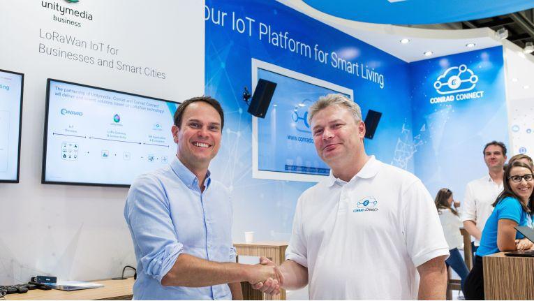 Matthias Emmermann (links), Manager Business Development von Unitymedia Business, und Ales Drábek, Geschäftsführer von Conrad Connect, bei der Verkündung ihrer strategischen Partnerschaft auf der IFA 2018.