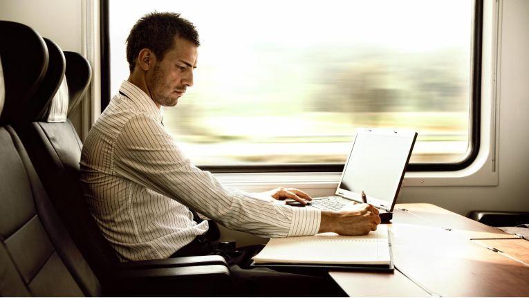 Pendeln als reguläre Arbeitszeit: Britische Forscher sind der Meinung, dass die beispielsweise täglich produktiv im Zug verbrachte Zeit auf die Arbeitszeit angerechnet werden sollte.