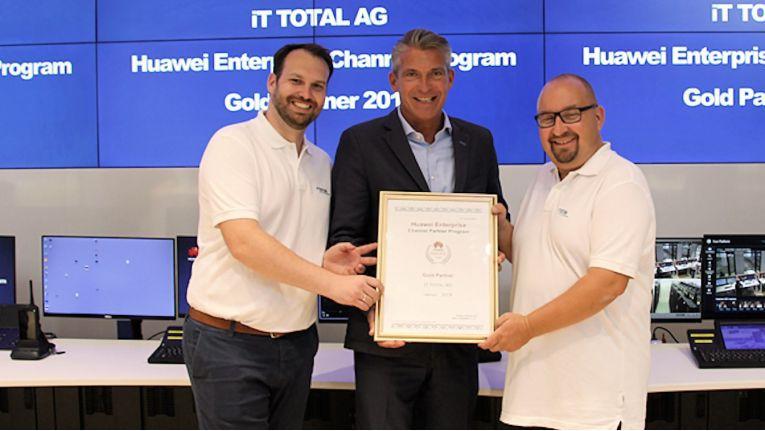 Von links stehen bei der Verleihung Alexander Hartmann, Leiter System Engineering und Service bei IT Total, Martin Kroll, Regional Director bei Huawei Technologies Deutschland GmbH, und Michael Hammer, Vorstand IT Total.